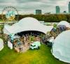 Superdome 'Big Buck' omringt door een aantal standaard domes met verschillende afmetingen