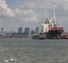 En altijd komen er schepen aan Katendrecht voorbij