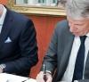 Foto: Lodewijk van Ommeren, Bureau Zuidema (links) en Dries van der Vossen, Bilderberg (rechts) ondertekenen het contract.