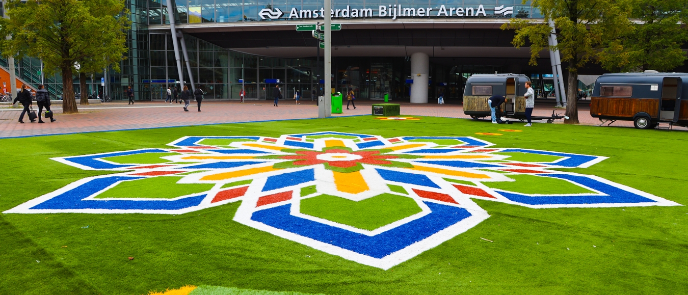 Flying Grass Carpet landt in Amsterdam Zuid-Oost