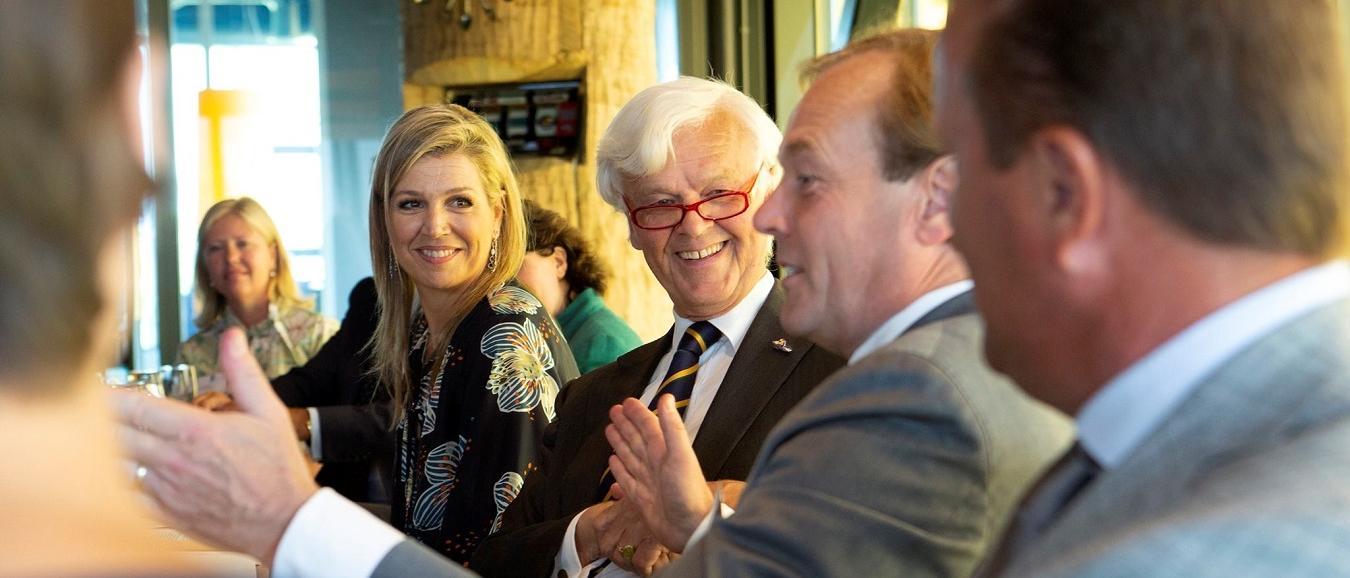 Hans van der Linde in gesprek met Koningin Maxima