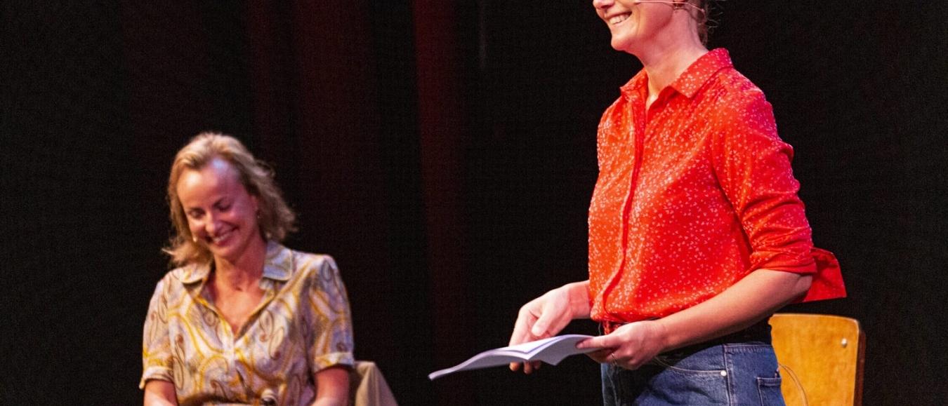 Stand-up filosoof Laura van Dolron stroomt Liefhebben de wereld in