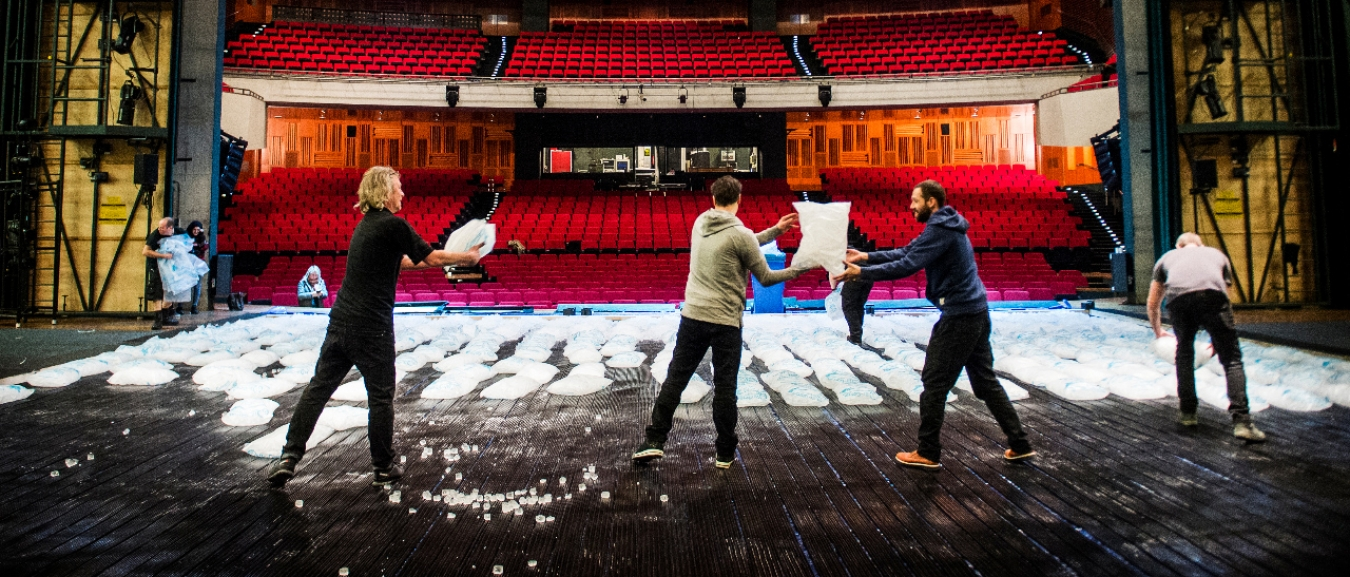 Duizenden ijsblokjes gestort in oude Luxor Theater