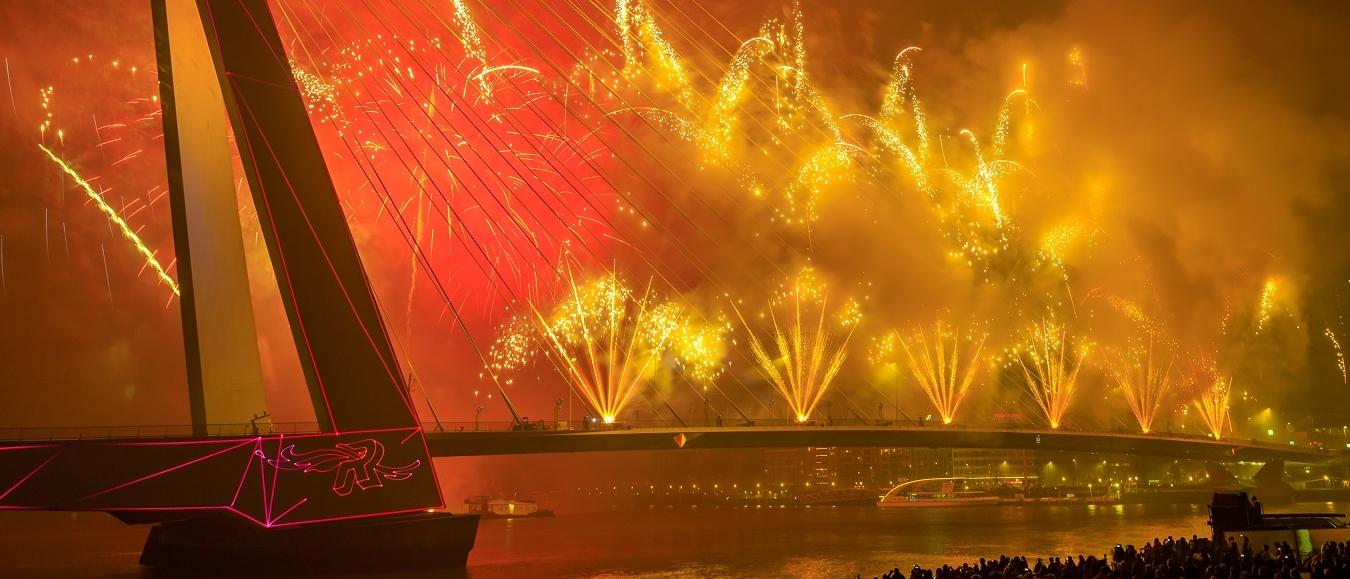 Spectaculaire show Erasmusbrug luidt nieuwe jaar in