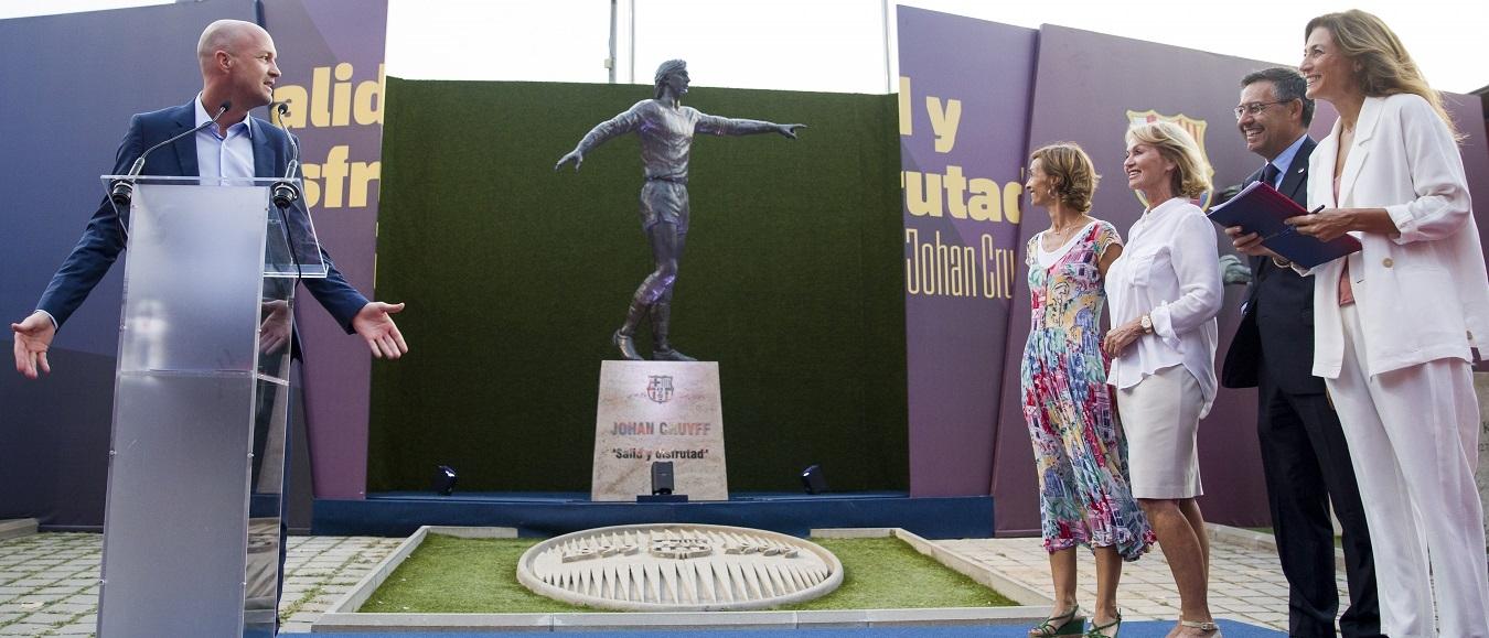 Nederlandse kunstenares creëert 'tijdloos' standbeeld Johan Cruijff