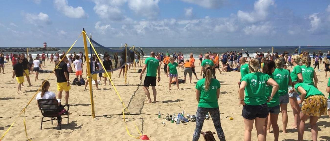 Verhitte eventprofessionals volleyballen voor winst in Scheveningen
