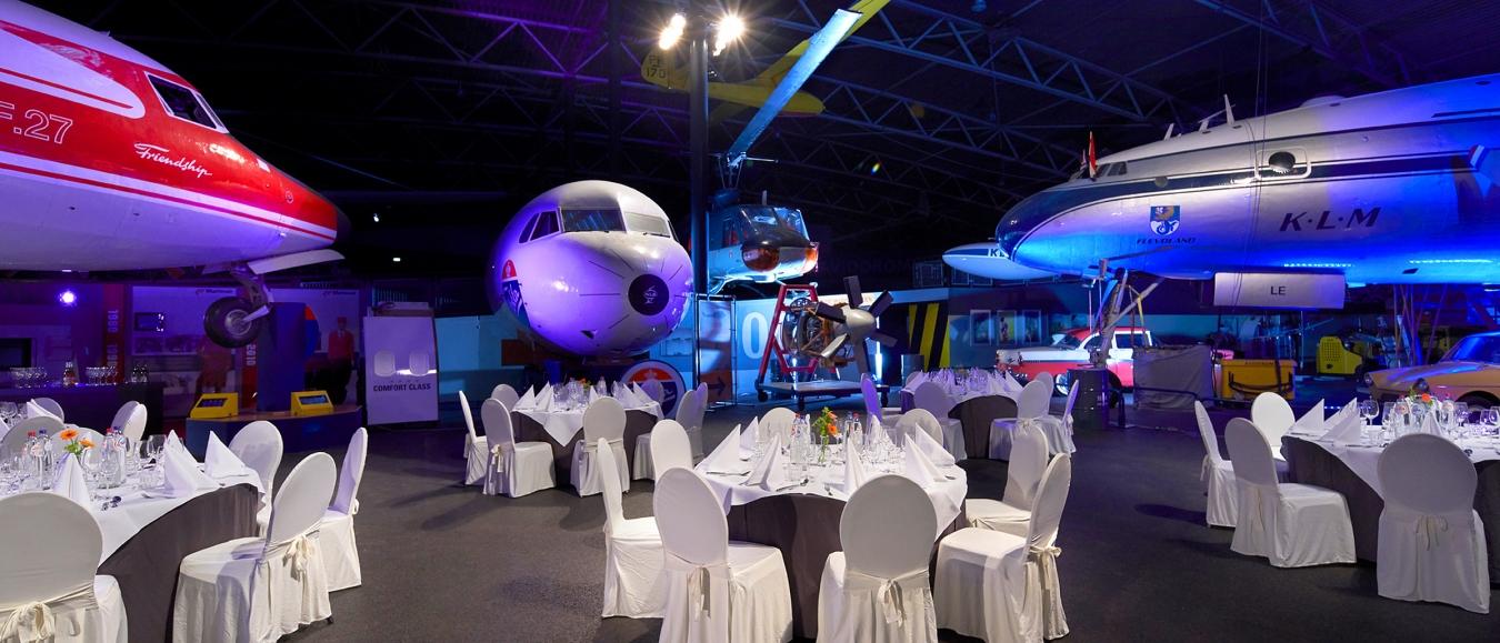 Diner in de museumzaal van Luchtvaartmuseum Aviodrome