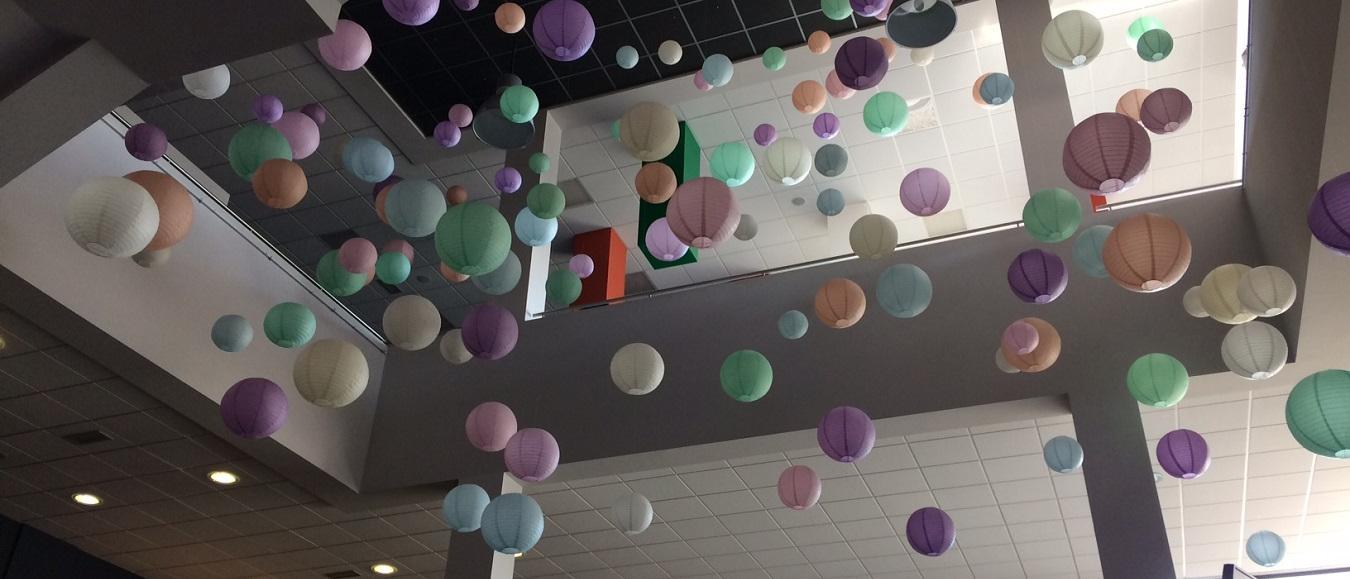 Lampionnen kleuren entree theater