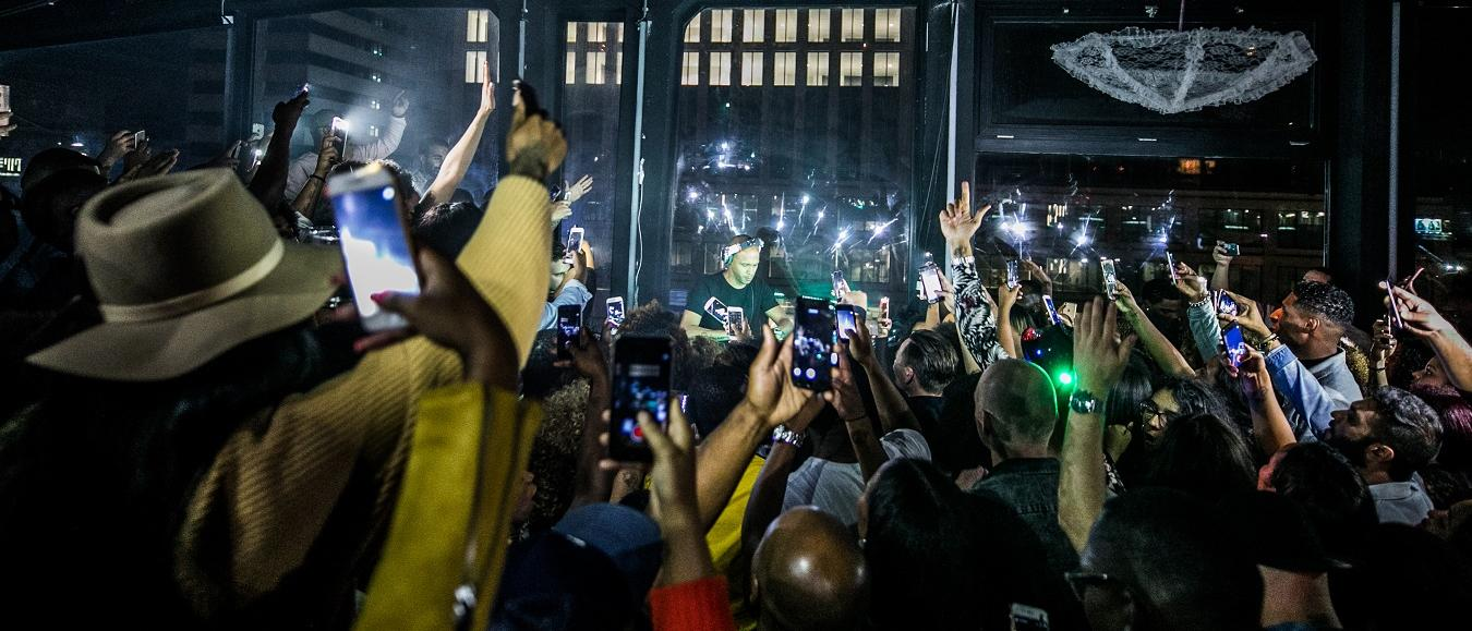 Bezoekers muziek evenementen zijn smartphones zat