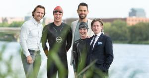 Boudewijn Zenden in de Maas voor  Swim to Fight Cancer