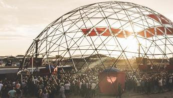 Een open Dome structuur in gebruik als festival area