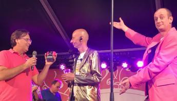 Oebele Kooistra ontvangt Roze Amsterdammertje van Pride Amsterdam
