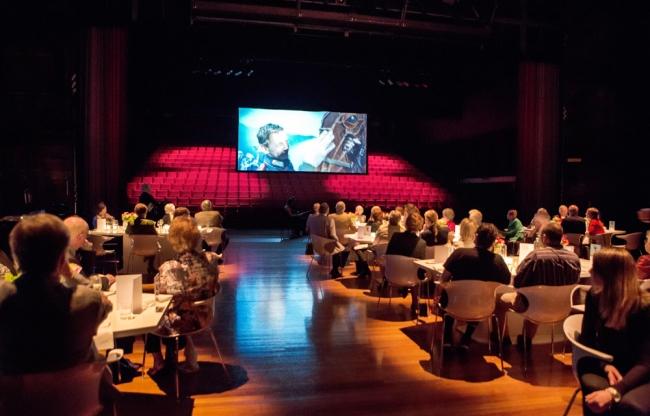 Koninklijke Drukkerij Em. de Jongzaal | sit down diner op toneel