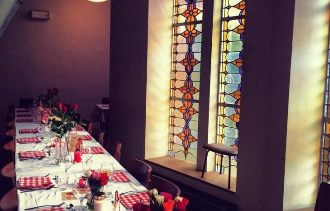 Besloten diners onder de 100 jaar oude glas in lood ramen