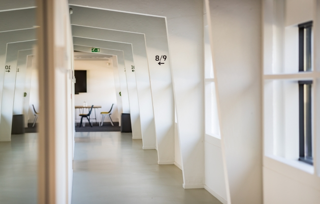 Moderne architectuur in het meetingcentre