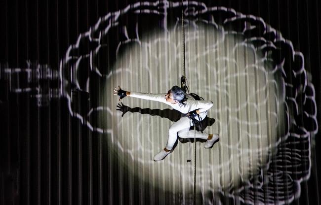 Acrobaten schitteren in video wall dance show Litouwen