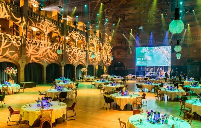 Diner in de Grote Zaal met veilige ruimte tussen de tafels