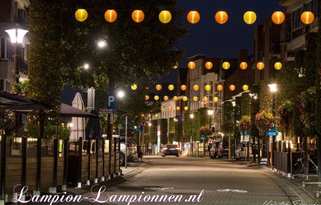 verlichte weerbestendige nylon lampionnen in straten van Geel (B)