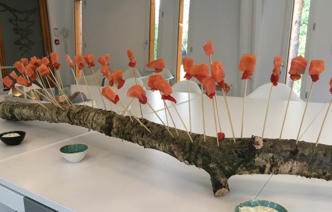Kapellerput, huisgerookte zalm op boomstam