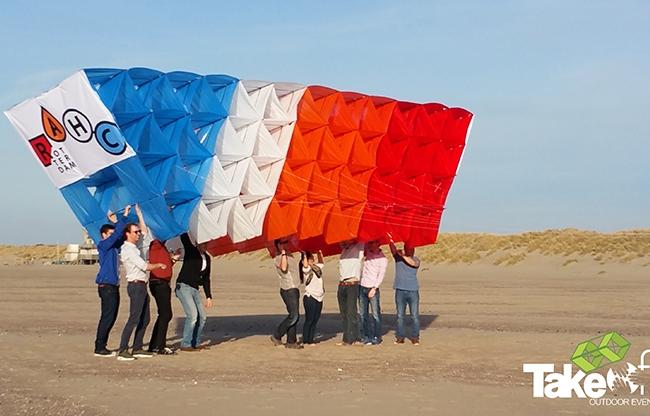 Megavlieger bouwen tijdens een bedrijfsuitje met 200 personen op de Brouwersdam. Ready for takeoff..!