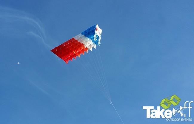 Megavlieger hoog in de lucht na de succesvolle lancering op de Brouwersdam.