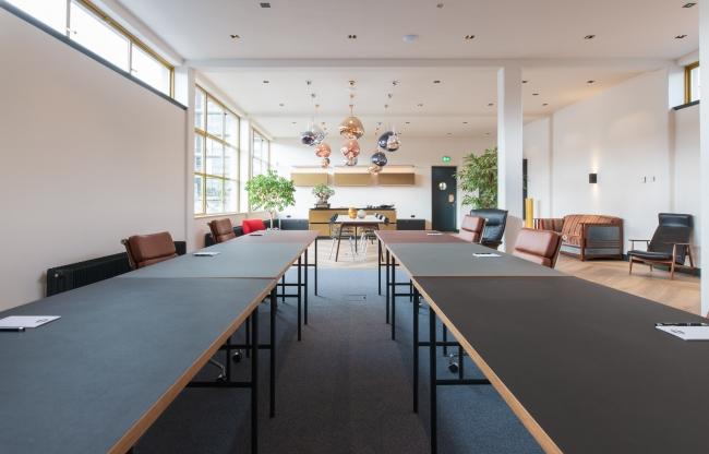 De ruimte kan naar wens worde ingericht en is voorzien van een groot televisiescherm met 4k camera voor hybride workshops, trainingen en vergaderingen.
