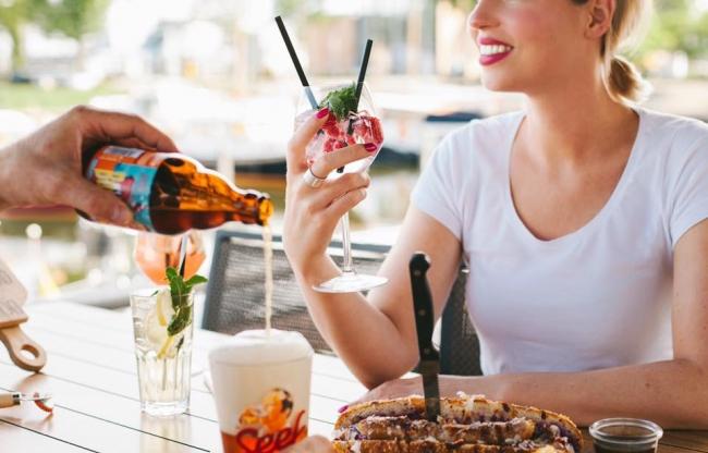 Cocktails drinken op het terras