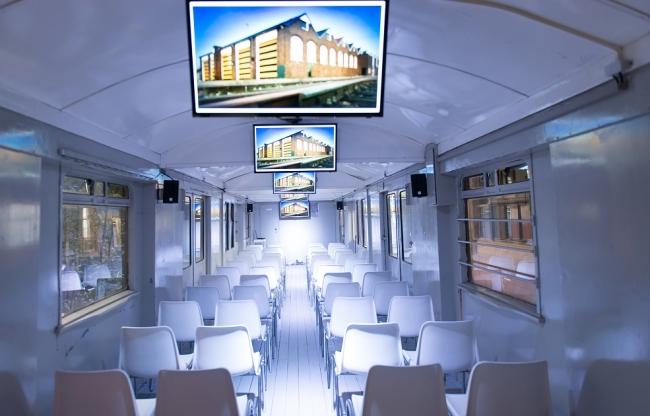 Subzaal in origineel treinrijtuig