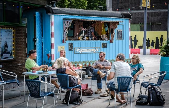 Terras in de zomer op het Dolf Henkesplein (met pipowagen-bar)