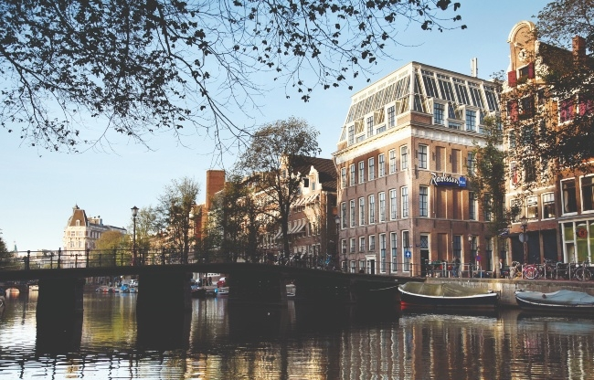 Het Radisson Blu Hotel, Amsterdam City Center gezien vanaf de Kloveniersburgwal