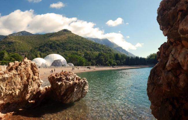 Domes gebouwd door Domes Europe aan de Montenegrijnse kust