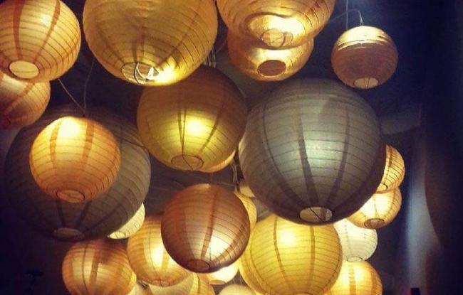 Gouden en grijze lampionnen