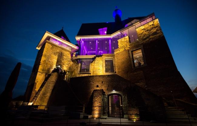 Het kasteel, sprookjesachtig verlicht in de avonduren