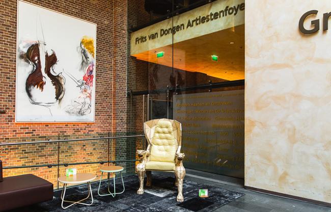 Kijkje vanuit de Grote Foyer naar de Artiesten Foyer