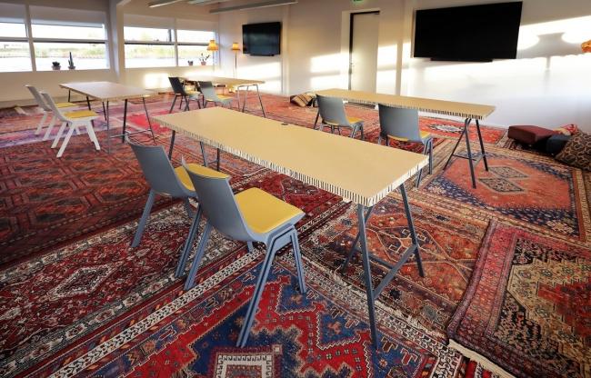 Meeting space met perzische tapijten