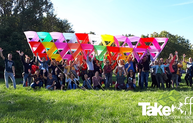 Megavlieger bouwen als teambuilding workshop voor een onderwijsorganisatie met 525 personen.