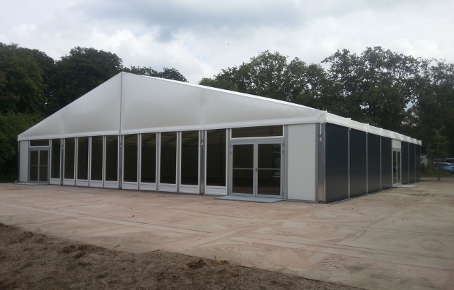 Maessen Tenten staat klaar met tenten voor noodopvang