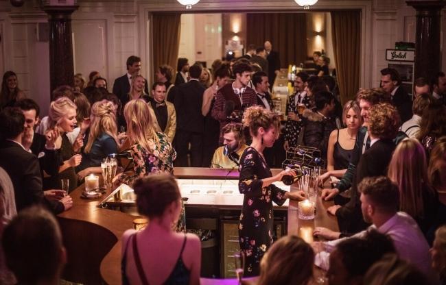 Mobiele bar met live muziek voor bedrijfsfeesten
