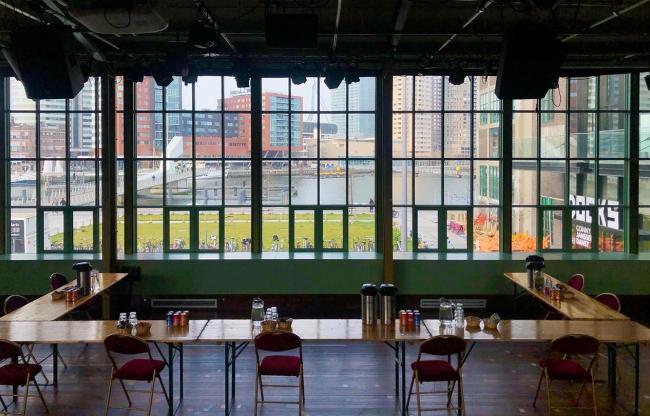 Vergaderen met uitzicht op de Rijnhaven, Hotel New York en de Erasmusbrug