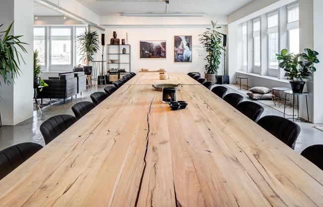 Met uitzicht op de Hofpleinfontein, een overdaad aan natuurlijk licht, veel groen en mooi design meubilair is The Loft de perfecte vergaderlocatie in Rotterdam voor inspirerende vergaderingen en events in Rotterdam. De vele hoekjes en zitjes bieden de ruimte om je even lekker terug te trekken, bij te kletsen of de inspiratie op je te laten inwerken. Met The Loft trek je elke zakelijke meeting of event naar een nieuw level.