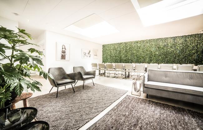 De inspirerende vergaderzaal in Amsterdam is zo mooi dat je er stiekem wel zou willen wonen. Een heerlijk plekje aan het water met veel natuurlijk licht en een bijzonder design waardoor je je ogen uitkijkt. In deze ruimte laat je niks aan het toeval over, van de kunst tot inrichting. In The Studio laat iedereen zich inspireren.