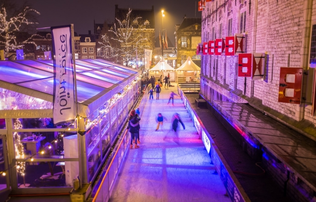 Transparante tent naast ijsbaan