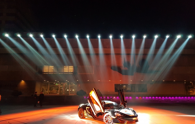 glow eindhoven-show stadhuisplein-auto
