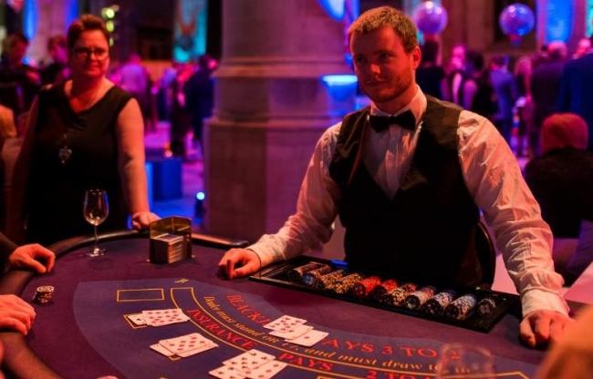 Bedrijfsuitje organiseren met blackjack tafel