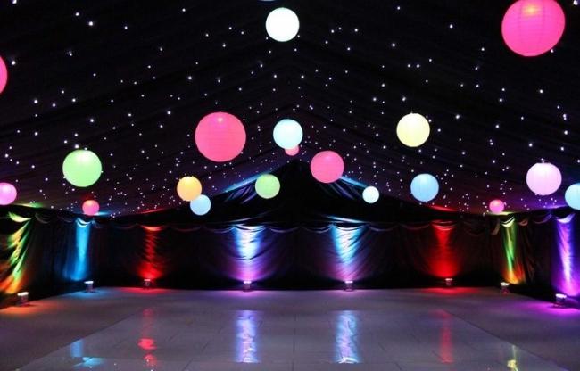 Dansvloer met gekleurde led lampionnen