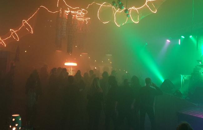 DJ in De Jungle Feestzaal