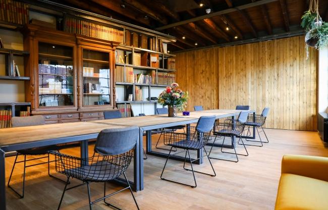 Studielab, vergaderruimte (16 comfortabele vergaderstoelen, mogelijkheid om meer stoelen aan te schuiven)