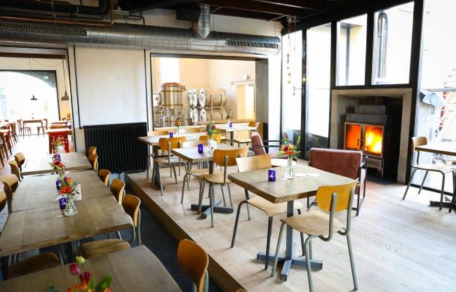 Eetcafé met op achtergrond de Microbrouwerij
