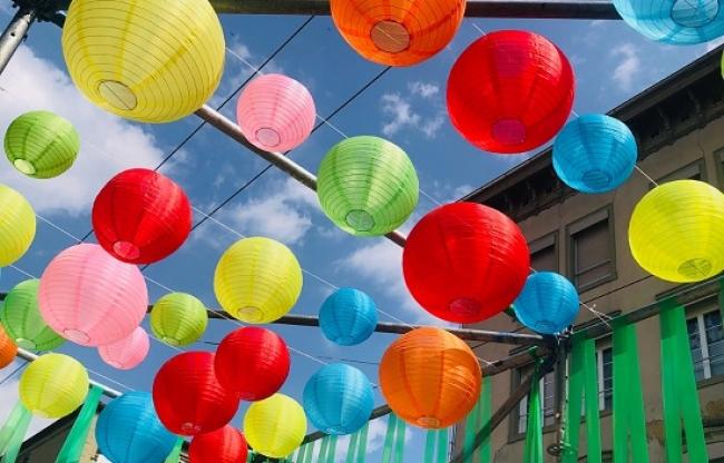 Gekleurde nylon lampionnen in winkel straat als versiering weerbestendig