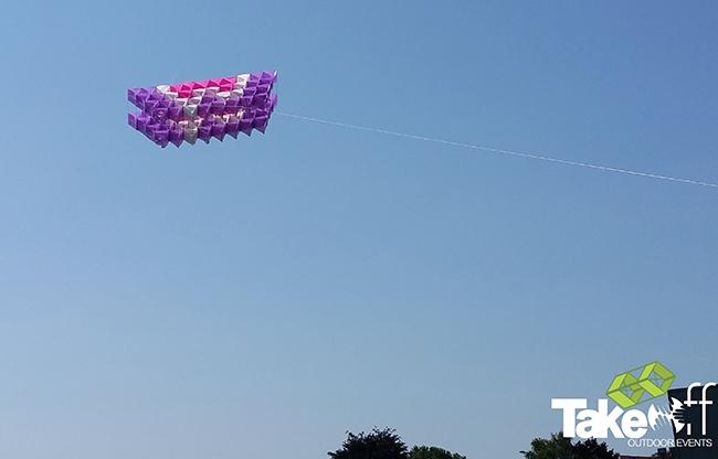 Megavlieger hoog in de lucht na een succesvolle lancering in Bronckhorst.